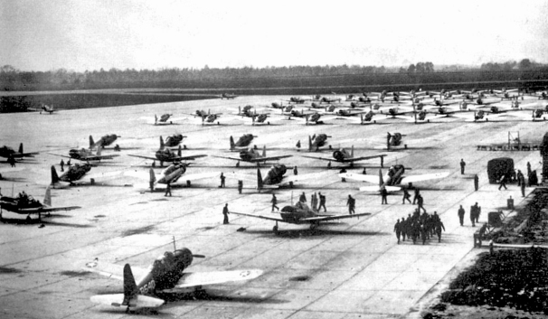 1943-bainbridge_army_airfield_-_vultee_bt-13_valiants_on_flight_line